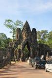 De toeristen bezoeken Zuidenpoort van Angkor Thom Stock Foto