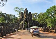 De toeristen bezoeken Zuidenpoort van Angkor Thom Royalty-vrije Stock Foto