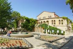 De toeristen bij de fontein en de bloem tuiniert rond het Museumgebouw met de Byzantijnse tentoonstelling in Chersonesus Tavriche stock foto's