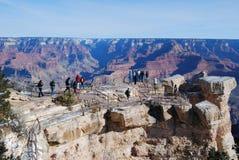 De toeristen bij Grote Canion overzien Stock Fotografie