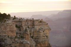De toeristen bij Grote Canion overzien, de Rand van het Zuiden Stock Foto's