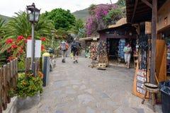 De toeristen bij herinnering winkelen bij kleine Masca-stad bij het eiland van Tenerife, Spanje Stock Foto's