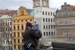De toeristen in Charles overbruggen royalty-vrije stock foto