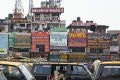 De toeristen commerciële straat en taxis van New Delhi royalty-vrije stock foto's