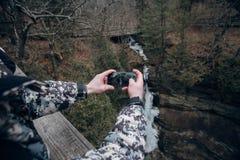 De toeristen in de bergen s telefoneren stock foto