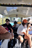 De toeristen in de toerist leiden op om de zoute zaken te bezoeken Royalty-vrije Stock Foto
