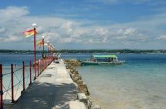 De toeristen die bij tropisch strand aankomen nemen zijn toevlucht stock foto