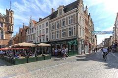 De toeristen die in de markt lopen regelen in het centrum van Brugge, een mooie middeleeuwse stad in België Royalty-vrije Stock Afbeeldingen