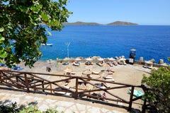De toeristen die hun vakantie op het strand enjoiying Royalty-vrije Stock Foto's