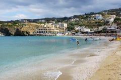 De toeristen die hun vakantie op het strand enjoiying Stock Foto's