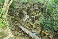 De toeristen die op de gang in Beng Mealea lopen ruïneren Stock Afbeeldingen
