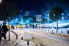 De toeristen die op de straten van Istanboel na sneeuw lopen stormen Royalty-vrije Stock Fotografie