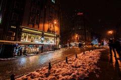 De toeristen die op de straten van Istanboel na sneeuw lopen stormen Royalty-vrije Stock Foto's