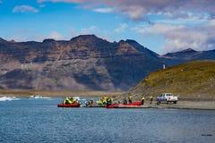 De toeristen die op een Dierenriem gaan reizen bij Jokulsarlon-Gletsjerlagune royalty-vrije stock foto's
