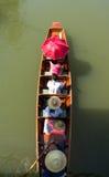 De toeristen die op lange Thai varen verwijderen de steel van boot Thailand Royalty-vrije Stock Fotografie