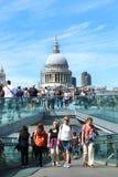 De toeristen die op milenium lopen overbruggen in Londen Royalty-vrije Stock Foto's