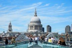 De toeristen die op milenium lopen overbruggen in Londen Royalty-vrije Stock Afbeelding
