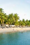 De toeristen die op Siloso-Strand bij Sentosa-eiland zwemmen nemen zijn toevlucht Stock Afbeeldingen