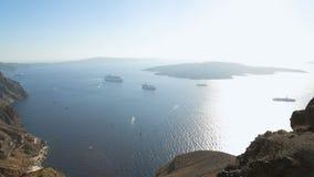 De toeristen die Santorini-kerken bezoeken, die luchtmening van Egeïsche Overzees verbazen, reizen stock videobeelden