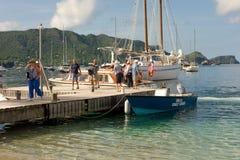 De toeristen die van het cruiseschip aan wal op bequia stappen Stock Fotografie