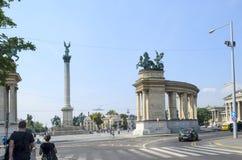 De toeristen die van het mooie weer genieten bezoeken het historische Heldenvierkant in Boedapest op 9 Augustus, 2015 in Boedapes Royalty-vrije Stock Afbeeldingen