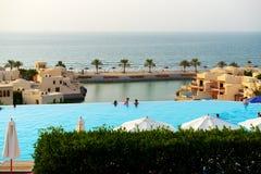 De toeristen die van hun vakantie genieten bij luxehotel Royalty-vrije Stock Afbeeldingen