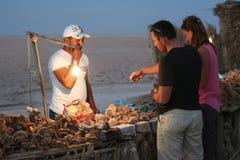 De toeristen die woestijn kopen namen herinnering in Chott Gr Jerid toe Stock Foto