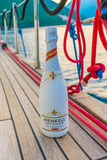 De toeristen drinken champagne, die op een jacht langs de Boka-Baai van Kotor varen stock afbeelding