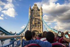De toeristen in een rood vervoeren op Torenbrug per bus Stock Foto