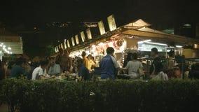 De toeristen en de plaatselijke bewoners eten in het goedkope dineren in de open lucht Royalty-vrije Stock Afbeelding
