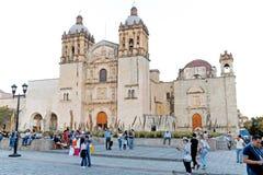 De toeristen en de plaatselijke bewoners mengen zich buiten de Kathedraal van Onze Dame van de Veronderstelling in Oaxaca, Mexico royalty-vrije stock fotografie