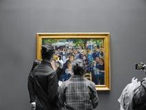 De toeristen fotograferen iconische Moulin DE La Galetee door Renoir stock afbeelding