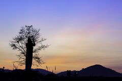 De toeristen fotograferen de zonsopgang achter de bergen stock foto's