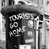 De toeristen gaan opschrift in Venetië naar huis stock foto's