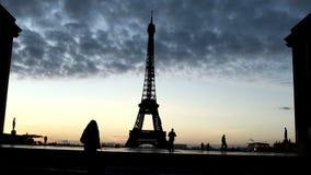 De toeristen gaat tegen de achtergrond van de Toren van Eiffel stock video