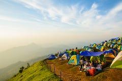 De toeristen genieten binnen van koud weer bij de berg van Phu thap buek Royalty-vrije Stock Fotografie