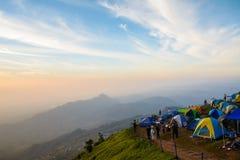 De toeristen genieten binnen van koud weer bij de berg van Phu thap buek Stock Afbeelding