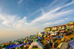 De toeristen genieten binnen van koud weer bij de berg van Phu thap buek Stock Afbeeldingen