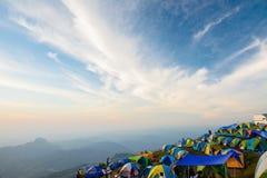 De toeristen genieten binnen van koud weer bij de berg van Phu thap buek Stock Fotografie