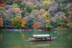 De toeristen genieten van crusing in de Hozu-rivier in Arashiyama tijdens mooi de herfstseizoen Stock Afbeeldingen