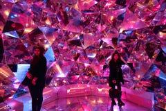 De toeristen genieten van Lichte Origami in Levendig Sydney Royalty-vrije Stock Fotografie