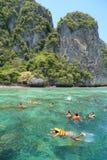 De toeristen genieten van met het snorkelen in een tropische overzees bij Phi Phi-isla Royalty-vrije Stock Fotografie