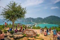 De toeristen genieten van panorama over Koh Phi Phi Island in Thailan stock afbeeldingen