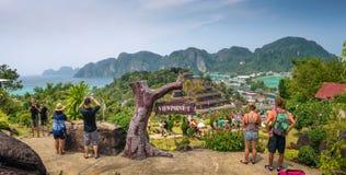 De toeristen genieten van panorama over Koh Phi Phi Island in Thailan royalty-vrije stock afbeeldingen