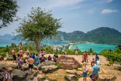 De toeristen genieten van panorama over Koh Phi Phi Island in Thailand royalty-vrije stock foto's