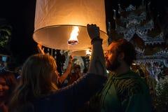 De toeristen geven drijvende lantaarns in Chiang Mai, Thailand vrij Stock Foto's