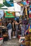 De toeristen in Greenmarket regelen in Cape Town Royalty-vrije Stock Foto's