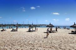 De toeristen hebben een rust op het zandige strand van het Eiland Gabrielle op 24 April, 2012 in Mauritius Royalty-vrije Stock Afbeelding