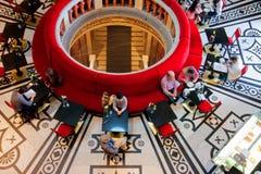 De toeristen hebben rust binnen de Kunsthistorisches-Museumkoffie in Wenen Stock Fotografie