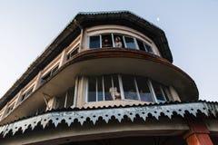 De toeristen in het gebouw zien het eerste licht in de dageraad van nieuwe jaar` s dag van venster in Tiger Hill, Darjeeling Indi Royalty-vrije Stock Afbeeldingen